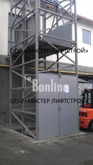 Подъемник грузовой шахтный нестандартной конструкции снаружи здания, лифт грузовой.